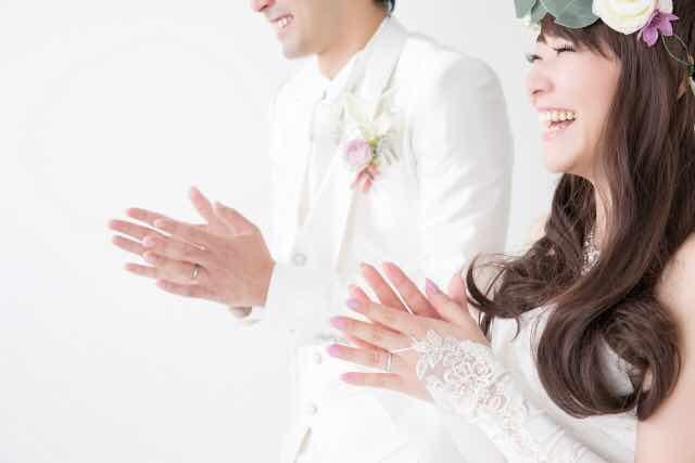 結婚式の新郎新婦が拍手している