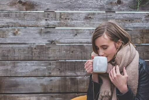 冬、お茶を飲む女性