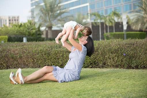 お母さんが子供をタカイタカイしてる写真