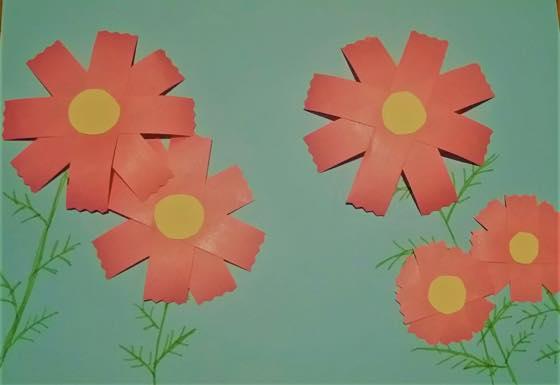 紙でできたコスモスの飾り付け
