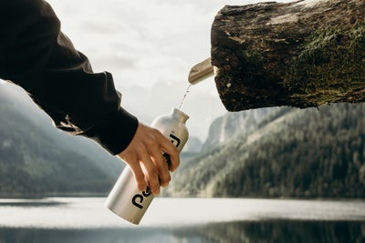水筒に水を汲んでいる画像