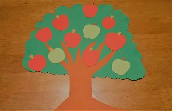 紙でできたりんごの木の飾り付け