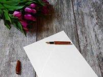 テーブル上の紙とペン