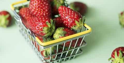 買い物かごいっぱいのイチゴ