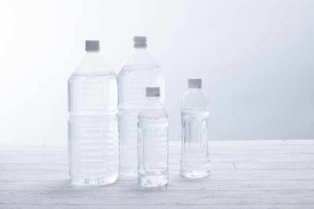 水が入った4本のペットボトル