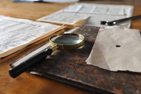 書類と虫眼鏡