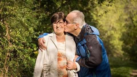 旦那さんが奥さんにキスをしている高齢者夫婦の写真