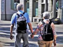 手を繋いで歩いている高齢者夫婦