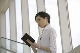 本を読む女性が視線をそらす