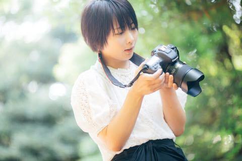 カメラを構えようとする女性