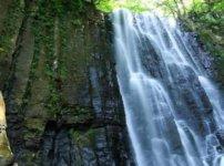 柱状節理の岩の滝