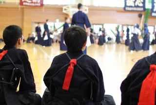 剣道団体戦で自分の番をまつ選手