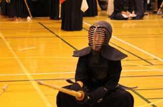 剣道の試合で蹲踞する剣士
