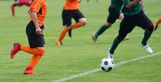 サッカーでボールを追いかける風景