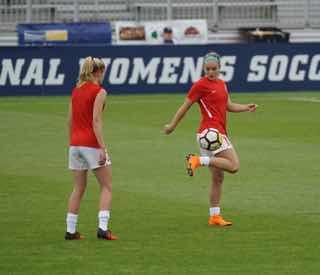 サッカーのピッチで練習する女子選手たち