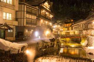 雪の銀山温泉(夜)