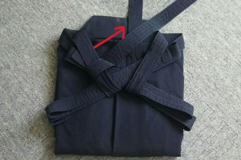 剣道袴のたたみ方10ー2(紐の結び方)