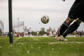 サッカー、コーナーキックの瞬間