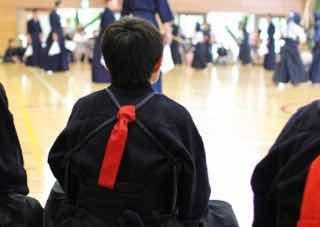 剣道の団体戦で自分の出番を待ち構える選手