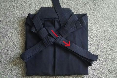 剣道袴のたたみ方11ー1(紐の結び方)