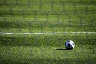 サッカーグラウンドにぽつんと残されたサッカーボール