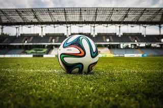 サッカー競技場に残されたサッカーボール