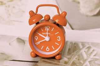 オレンジ色の目覚まし時計