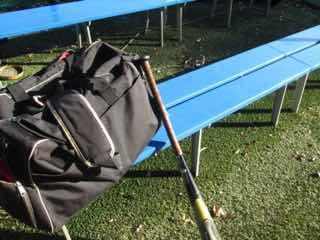 空色のベンチに寄せられた野球道具