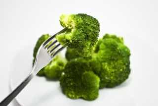 茹でられたブロッコリーを食べる