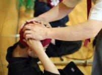 先生から頭に布巾を巻いてもらってる剣道選手