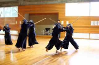 体育館で稽古する剣道部の風景