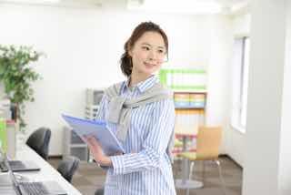 オフィスで働く笑顔の女性