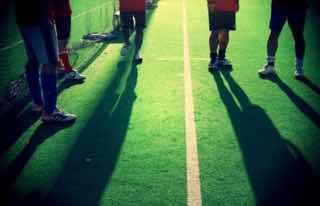 サッカーグラウンドと人の影