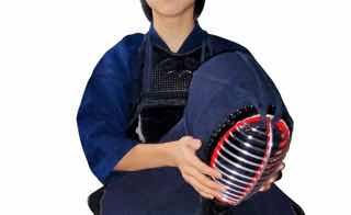 面を脱ぐ女子剣道部員