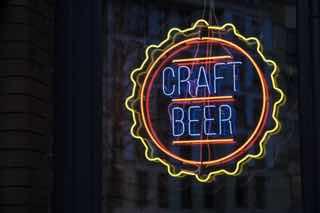 クラフトビールの蛍光看板
