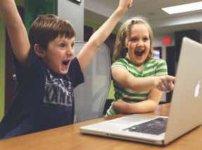 ノートPCをまえにさわぐ子供二人
