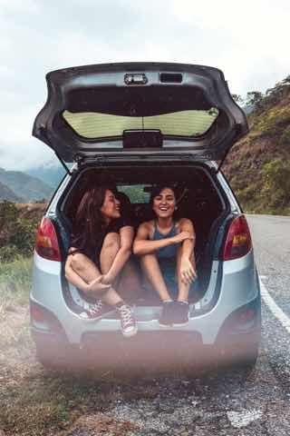 車のトランクで雑談する女子二人