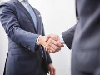 握手しあうスーツ男性たち