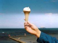 ひとつのソフトクリームを持つ