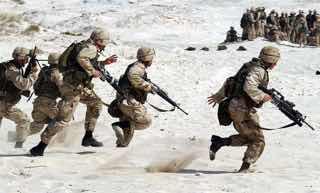中東の人々をバックに活動するアメリカ海兵隊