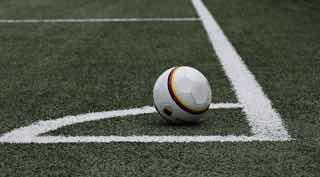 コーナーに寄せられたサッカーボール