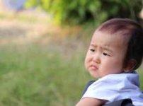 苦い顔をする幼児