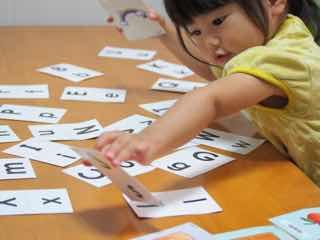 英語カードで遊ぶ女児