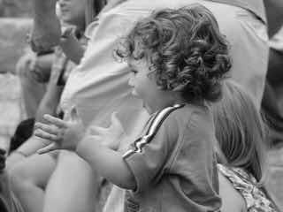 立って拍手する子供