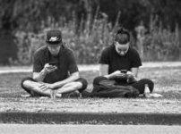 公園に座る男性ふたり