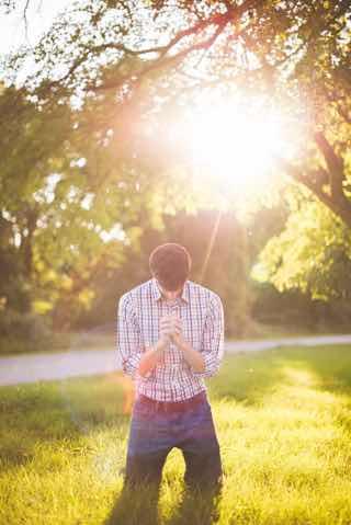日差しの下で祈る欧米の男性