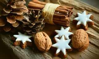 木の実と星型のクッキー