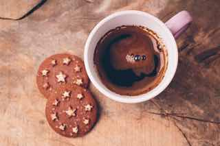 コーヒーと星型のアクセントがついたクッキー
