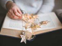 開いた本の上に星のアクセサリー