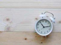 板間に寝かされた目覚まし時計